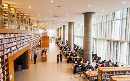 在那些在图书馆公园和高速公路上花费更多的州美国人更幸福