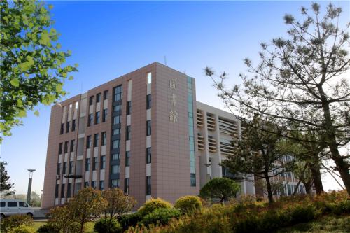 国家驻华使节代表团一行16人访问威海职业学院