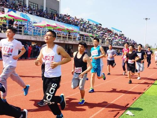 郑州财经学院运动会男生破纪录 颁奖仪式结束向女友真情表白