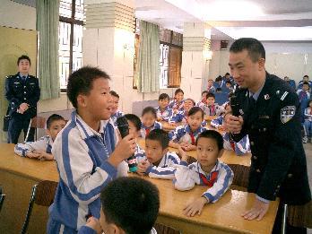 荥阳市贾峪镇槐林小学开展了一堂生动实用的法制安全教育课