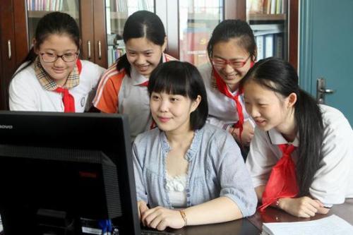 增强中小学教师职业荣誉感 营造人人尊师重教的环境