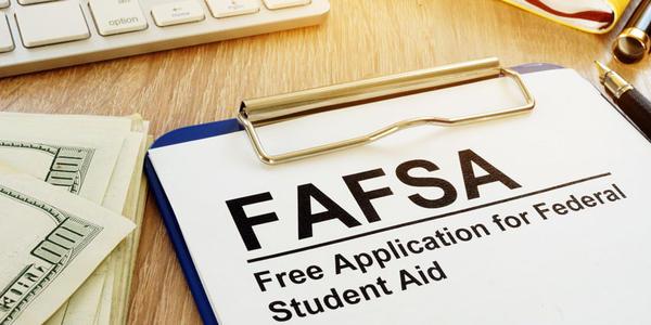 要求老年人填写FAFSA表格会增加大学入学率吗