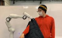 麻省理工学院提出了一种可以安全接触人类的机器人代客