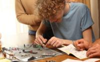 这个完整的DIY机器人套装既有趣又具有教育意义